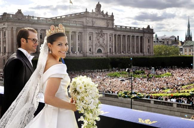 В свадебном декоре эти цветы - классика. На фото - наследница шведского престола, кронпринцесса Виктория, герцогиня Вестерготландская в день своей свадьбы с букетом эухарисов