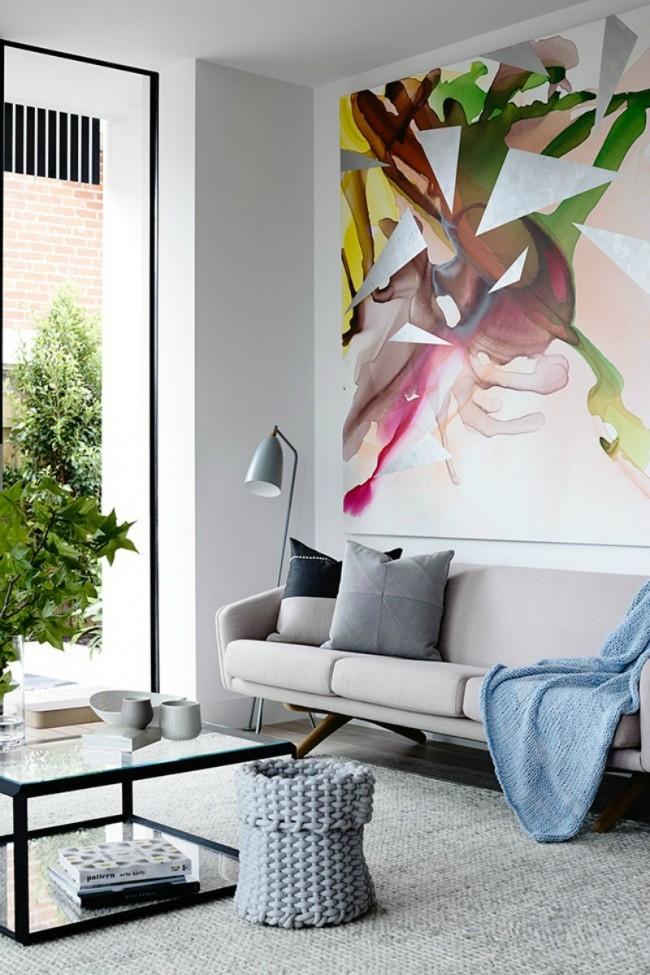 Изящная картина в гостиной несет в себе энергию оптимизма и активности