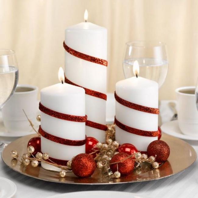 Белые свечи, обернутые красными лентами