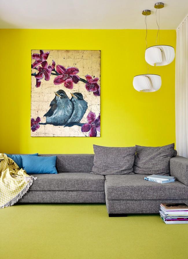 Ярко-желтый (или Минхуан в китайской традиции) - цвет стихии Земли. Его место в пространстве - центр любого помещения. Благоприятная комбинация: два красных, один желтый (Огонь питает Землю). Неблагоприятная - два зеленых, один желтый (Дерево подавляет Землю)