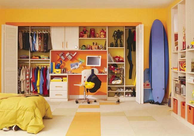 Одна из стен детской в зависимости от конфигурации комнаты и положения относительно сторон света, может быть ободряющего позитивного оранжевого цвета. Такая обстановка будет придавать энергии ребенку