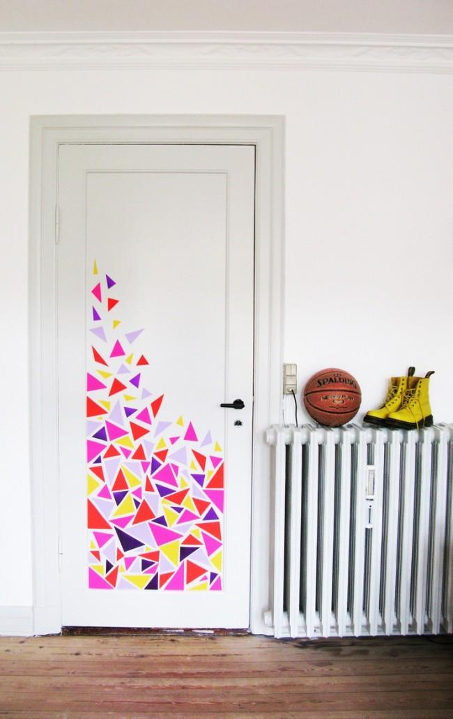 Простой декор межкомнатной двери, которым вы можете заняться с ребенком в уик-энд. Такая идея понравится и подростку