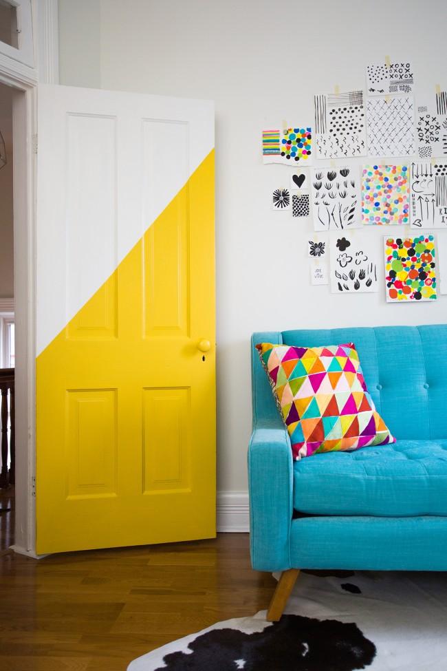 Частичное окрашивание двери в яркий цвет