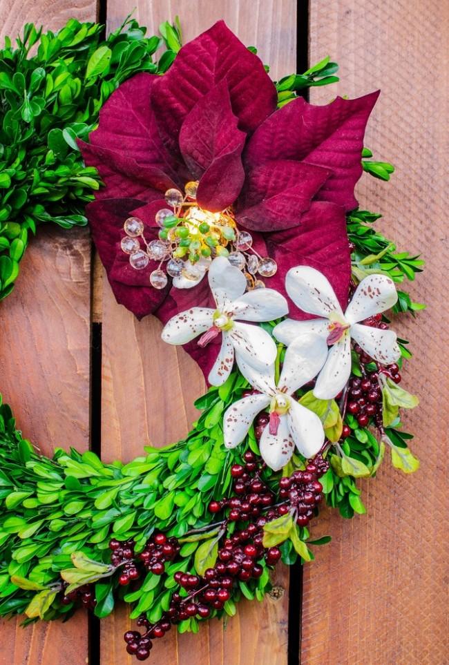 Яркий весенний цветочный декор освежит вид входной двери к праздникам