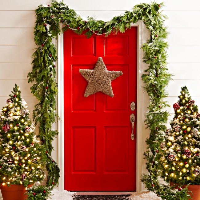Вход в дом определенно составляет о нем первое впечатление для других людей, а вам будет придавать заряд хорошего настроения, если вы со вкусом декорируете его к праздникам