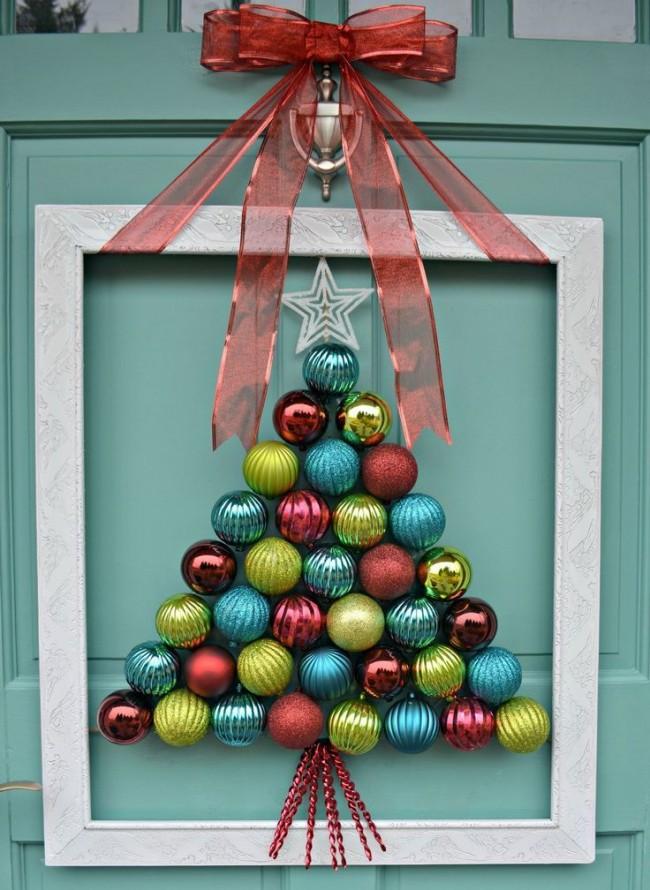 Зимний вариант украшения с большим количеством елочных шаров. Надежно прикрепите рамку к двери, если она закрывается с хлопанием