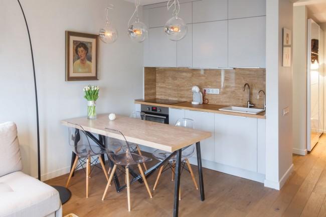 Пример объединения кухни с гостиной. Зрительно разделяет их обеденный стол на 6 человек