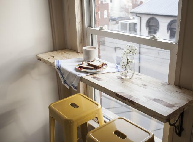 Заимствованная из маленьких кафе идея столика-полки под окном, откуда можно за завтраком наблюдать уличное движение