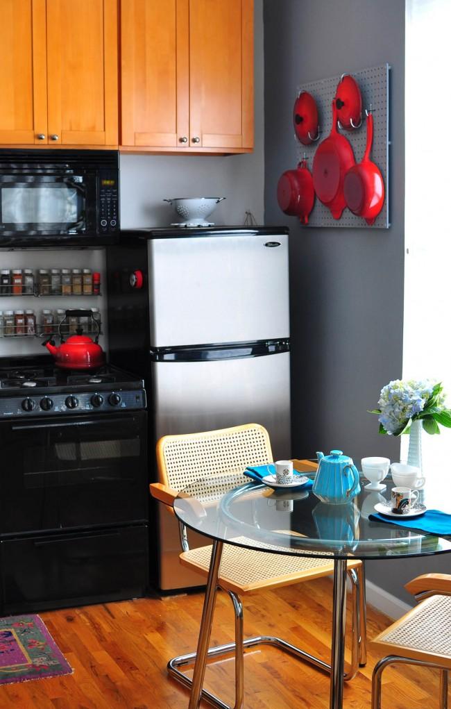 Множество приемов настенного хранения помогут там, где установка шкафов невозможна или нежелательна