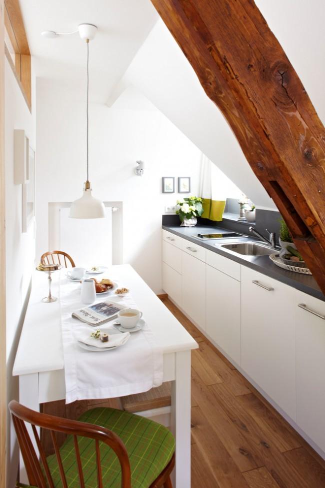 При отсутствии возможности повесить настенные шкафы (например, в мансардной кухне), место можно сэкономить с помощью компактной варочной поверхности и мойки с одной чашей