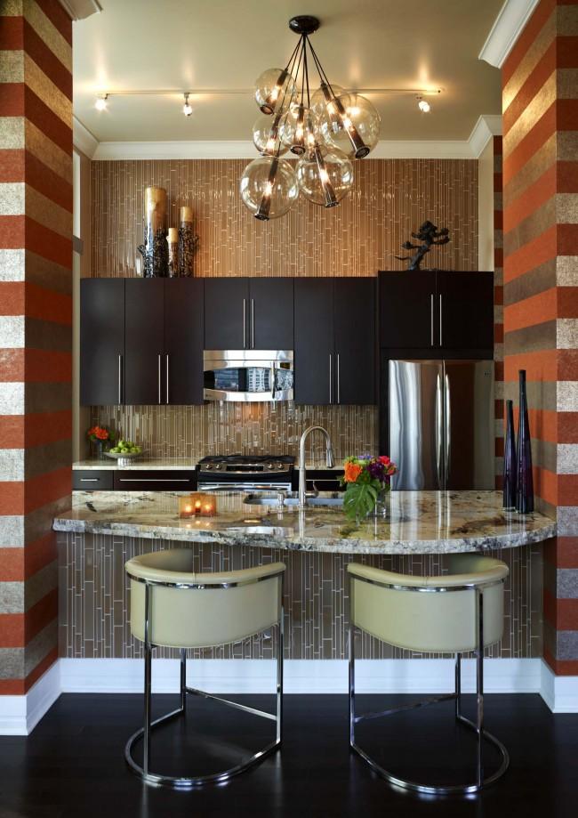 """Одно из наилучших решений для расширения кухни - объединение ее с гостиной. Такую перепланировку сравнительно легко согласовать. Элегантный прием - обустройство """"окна"""" в перегородочной стене для создания барной стойки между жилой комнатой и кухней"""