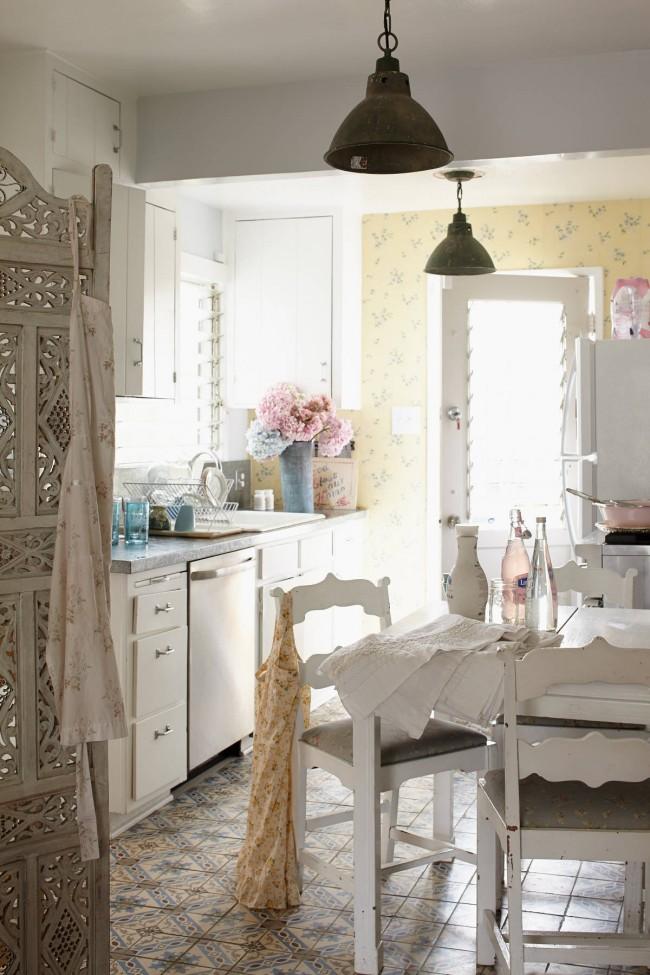 Прованский декор сделает светлее небольшую кухню с классическим линейным расположением мебели и техники