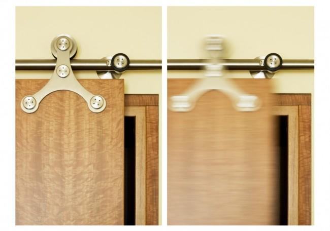Модное сегодня решение, амбарные двери, - тоже могут сберечь довольно много пространства, если по нормам вентиляции, установленным газовыми хозяйствами, без входной двери на кухню вам не обойтись