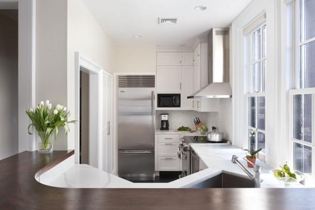 Идеальное расположение кухонной мебели и техники описывается правилом треугольника: зона хранения, зона мойки, зона готовки. Но свои коррективы тут могут внести жилищные и санитарные нормативы, а также расположение коммуникаций