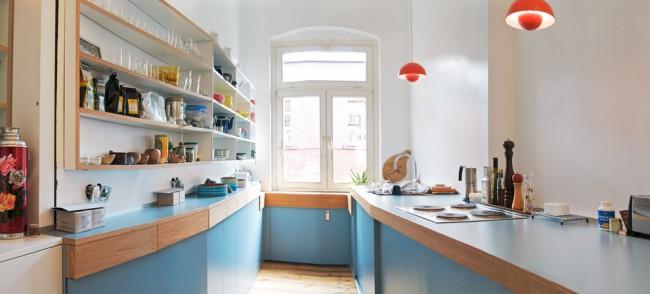 Используйте максимально эффективно зону подоконника. В панельных домах запрещено (и зачастую некуда) переносить отопительный радиатор, но его можно закрыть тщательно подобранным коробом, из экологичного материала и не слишком мешающего теплоотдаче
