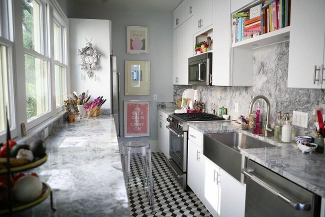 В узкой кухне очень хорошим выходом станет использовать под обеденную зону подоконник. Он же будет и дополнительной рабочей поверхностью
