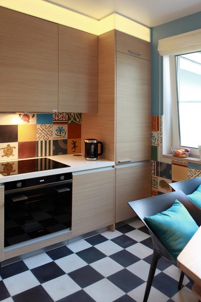 Необычная идея освещения кухни и пестрый пэчворк-декор фартука и стен, не утяжеляющий пространство