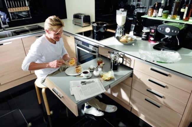 Выдвижной обеденный столи на маленькой, но функциональной кухне