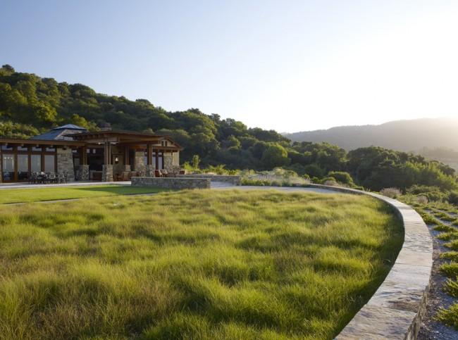 Дикий вид газона в пляжном стиле. Для создания такого газона подходит высокая трава типа красной овсяницы