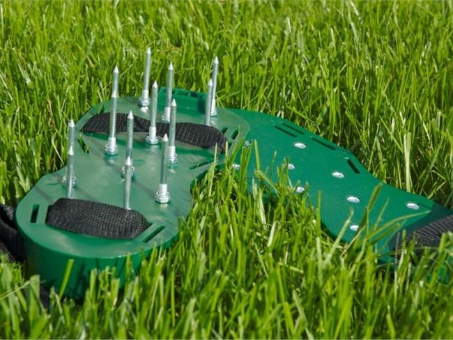 Аэрация небольшого газона возможна не только с помощью громоздких машин, но и самостоятельно с помощью таких ультрабюджетных приспособлений - накладок на обувь с длинными шипами