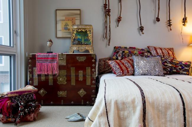 Мысленно наложив так называемый восьмиугольник Ба-Гуа на план помещения, мы делим спальню на сектора и определяем, за какую сферу жизни домочадцев отвечает тот или иной сектор. На фото: темно-красный сундук в секторе достатка и изобилия
