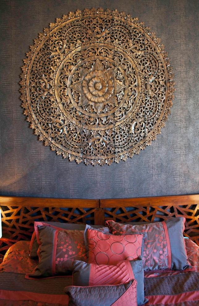 Ажурные шедевры, созданные с помощью резьбы по дереву, хороши для сохранения гармонии в спальне