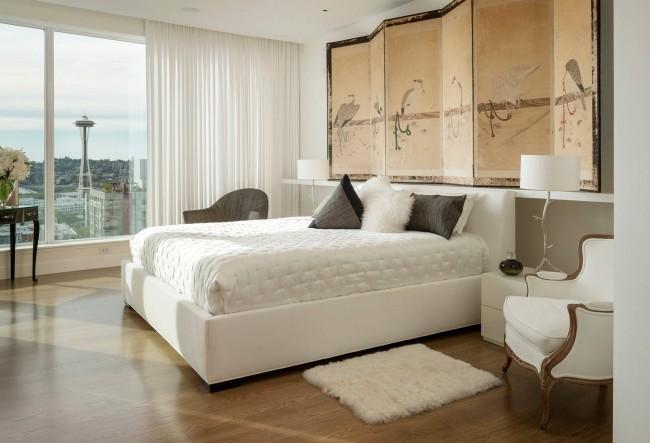 Окна слева и справа от изголовья кровати - не вполне удачный вариант расположения кровати с точки зрения фэн-шуй. Компенсировать это можно тяжелыми непрозрачными занавесями