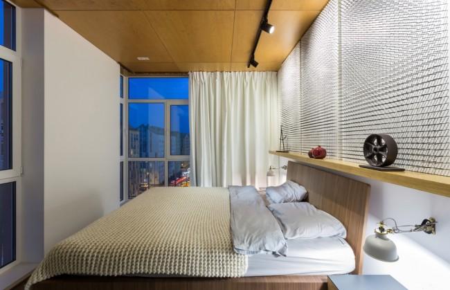 Изголовье кровати не дожно находиться на одной линии с окном и входом в спальню. На фото недостаток в энергетической карте помещения (окно) компенсирован непрозрачной шторой, создающей чувство защищенности