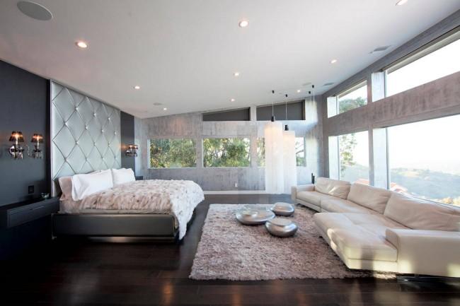 Просторная спальня, оформленная в цветовой гамме стихии металла - лучший выбор для устоявшихся пар