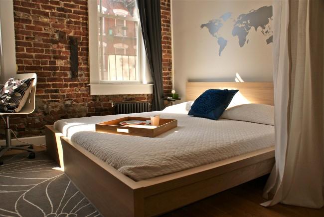 Нейтральный и немасштабный сюжет росписи на стене в изголовье кровати