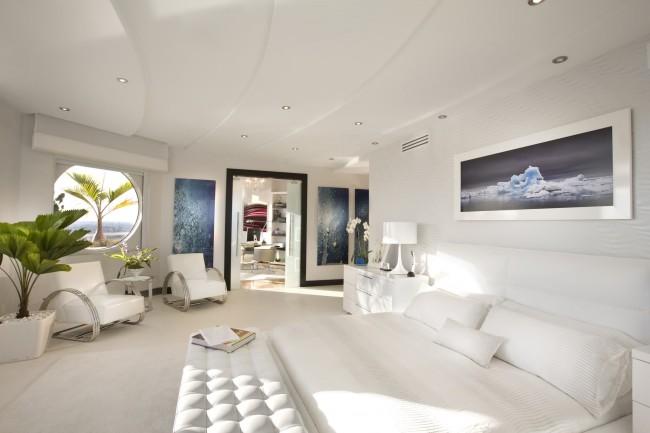 Не совсем благоприятная форма помещения спальни. Компенсирует это и привлекает энергию Шен-Ци окружающая дом обстановка, а также плавные линии в мебели, декоре стен и потолка