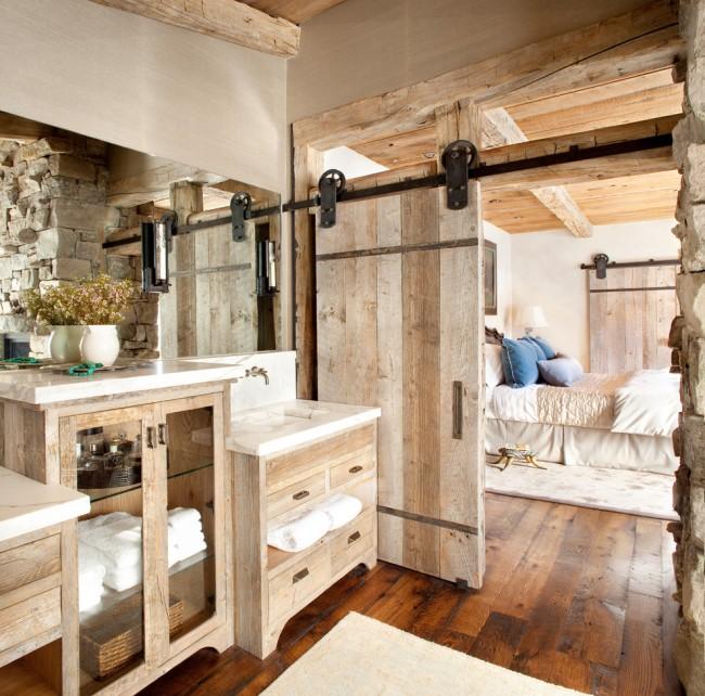 Раздвижная деревянная дверь в ванной комнате стиля рустика