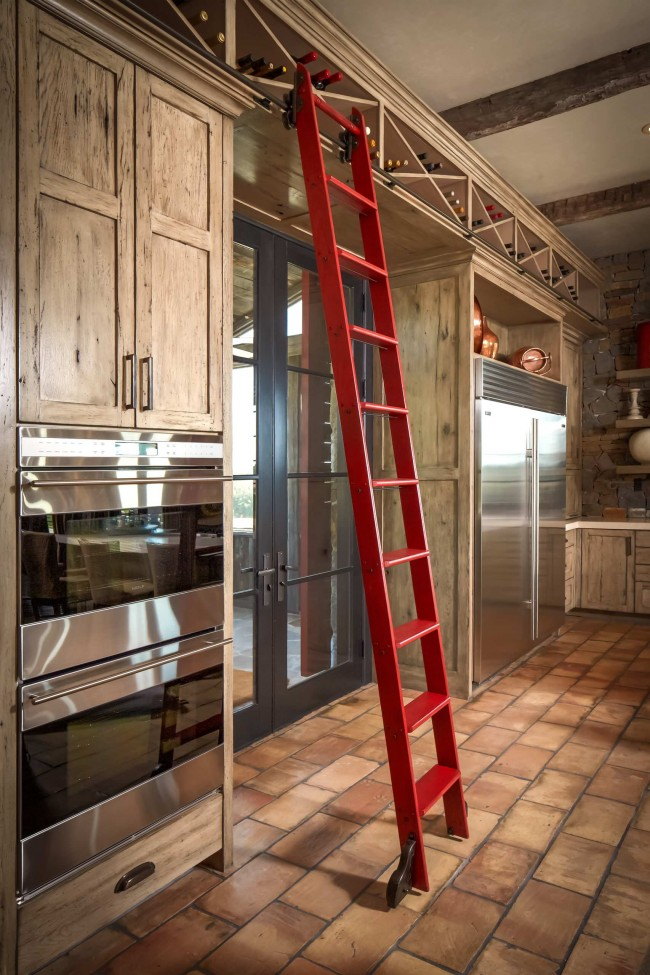 Обратите внимание на переносные лестницы, если таковые имеются вашем доме. В фен-шуй они так же влияют на энергетику дома, как и полноценные лестницы между этажами, и могут перенаправляют потоки Ци в нежелательных направлениях: прочь из дома или в неблагоприятные сектора