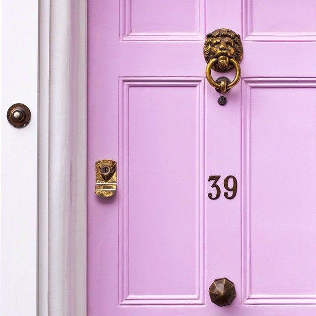 В теории фен шуй считается, что старые входные двери нежелательны, но их всегда можно обновить с помощью декора. Для усиления баланса разных начал рекомендуется покрасить дверь в красный или другой подходящий яркий цвет, или установить золоченую фурнитуру. Это позволит доминировать энергии Шен-Ци