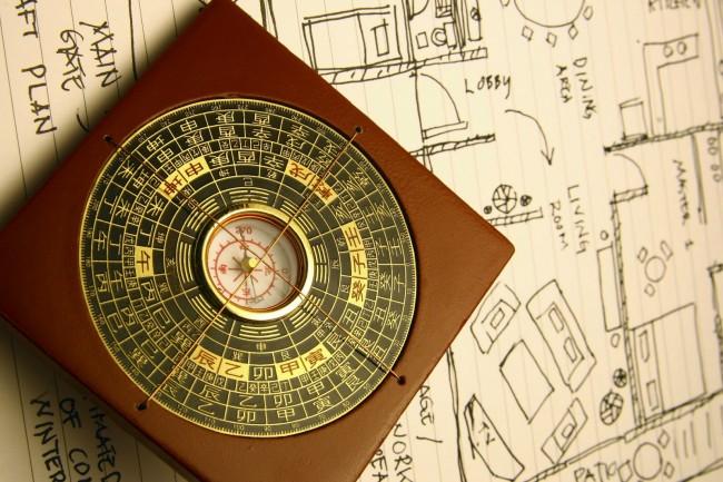 Ло-Пань - компас, который используют специалисты фен-шуй. Состоит он из металлической пластины, («солнечные часы»). размещенной на деревянной основе («земная пластина»). Диски небес вращаются свободно на земной пластине. Ло-Пань указывает на южный магнитный полюс, а не на Северный полюс Земли