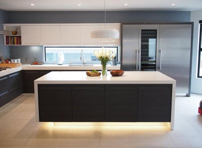 Черно - белый гарнитур на современной кухне