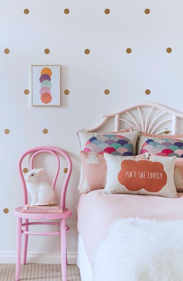 Очень легко украсить комнату простыми и незамысловатыми рисунками, к примеру сделать стену в крупную горошину