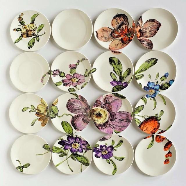 Панно , выполненное с помощью декоративных тарелок на стене