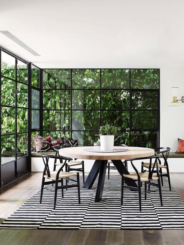 Зона столовой в частном доме с большими окнами