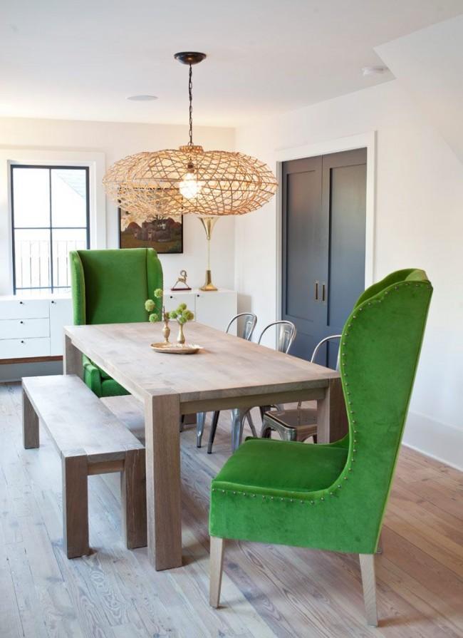 Контрастные зеленые кресла и необычная люстра делают столовую зону более интересной