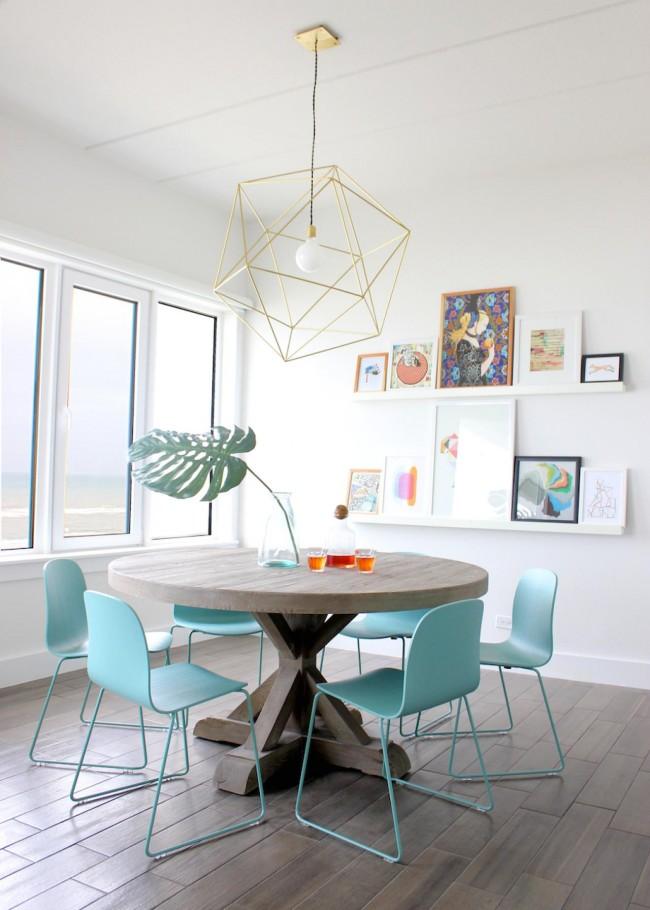 Столовая в стиле модерн с центральным освещением