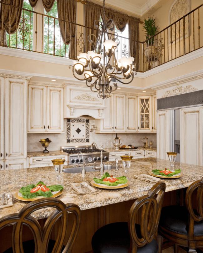 Светлая кухонная мебель с патиной выглядит очень изысканно и дорого