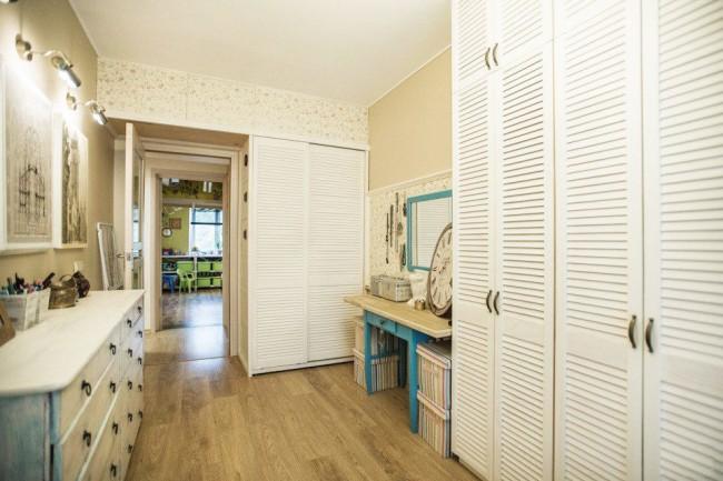 Дверцы, оклеенные обоями, помогут антресоли вписаться в интерьер