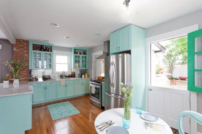 Антресоль над холодильником в прекрасном интерьере кухни частного дома