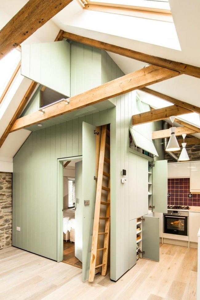 Уютная кухня с небольшой антресолью
