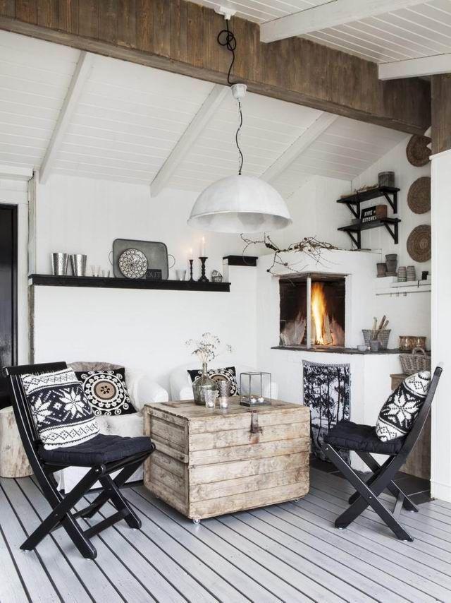 Снежный скандинавский стиль с белым потолком и деревянной балкой