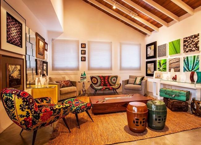 Этнический стиль яркой свободы, но светлыми стенами и потолком