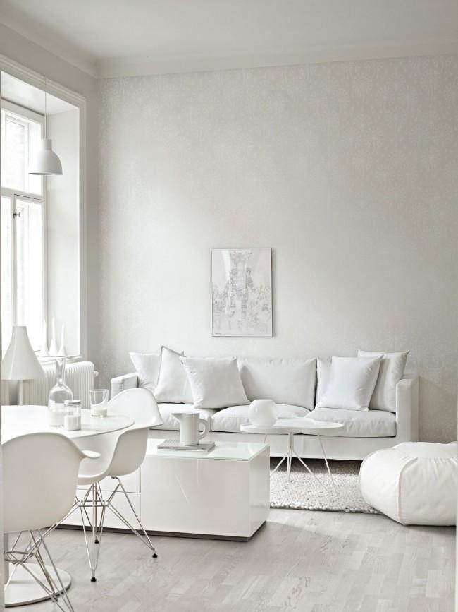Нежные белые обои в интерьере белоснежной гостиной
