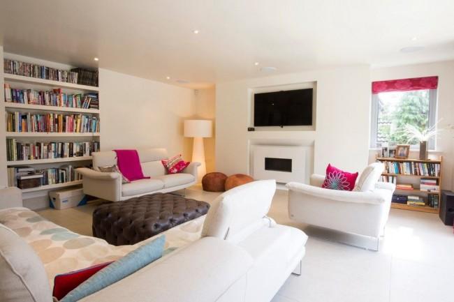 Яркие акценты в белой гостиной привлекают внимание, задают настроение и вносят разнообразие