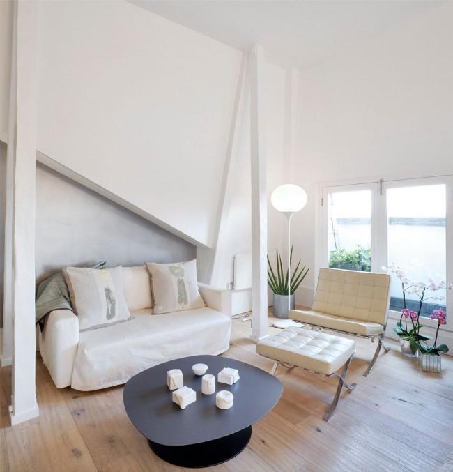 Компактная мебель в небольшой светлой гостиной